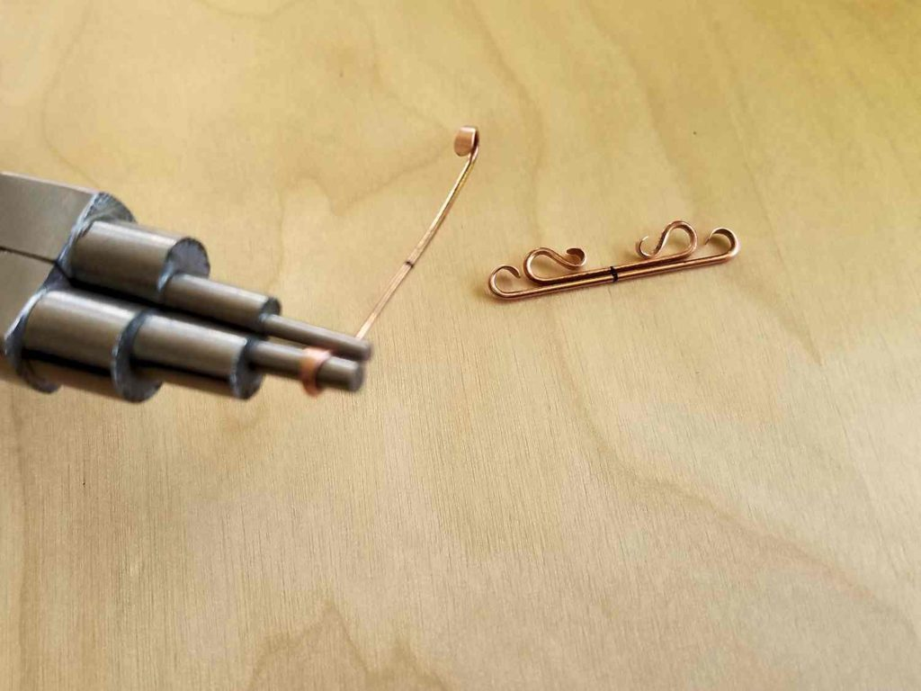 Continue forming the core wires for the Lyonesse bead frame using stepped bail-making pliers